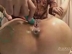 Japanese gets her snatch shaved and toyed